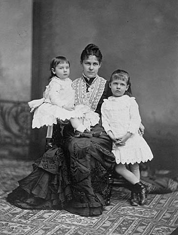 Mary Elizabeth (Minnie) LeDuc Gardner with her daughters?, Mabel and Edith